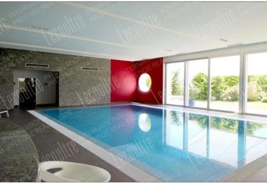 Maison contemporaine Valais piscine intérieur